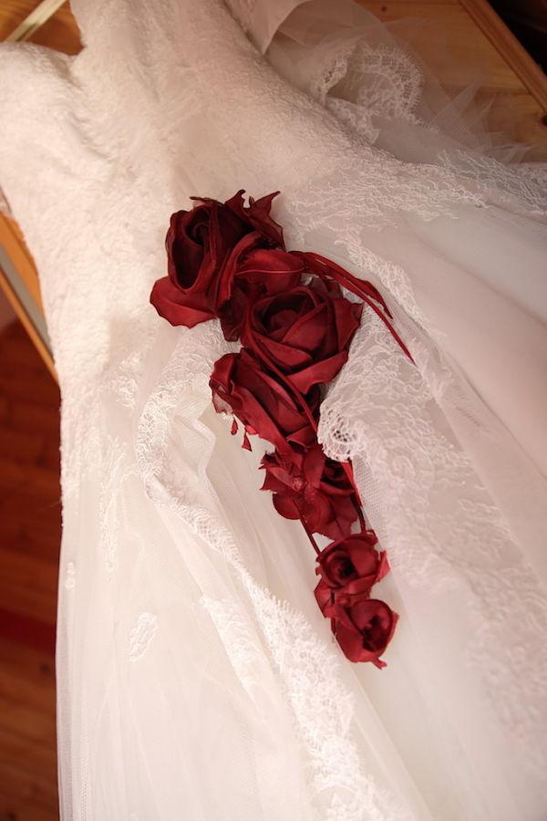abito da sposa con rose rosse matrimonio a tema ciliegie