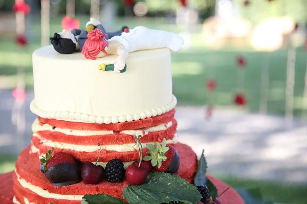nacked cake bianca e rossa con frutti di bosco