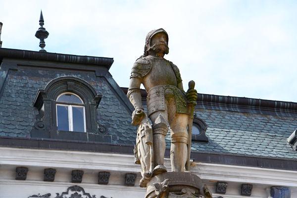 statua nella piazza principale della città vecchia di Bratislava