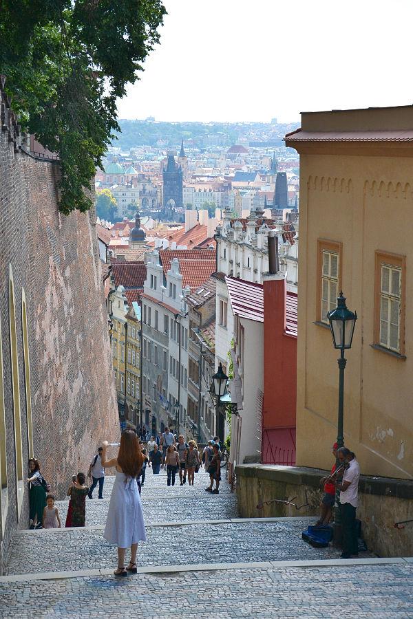 strada che porta al Castello di Praga