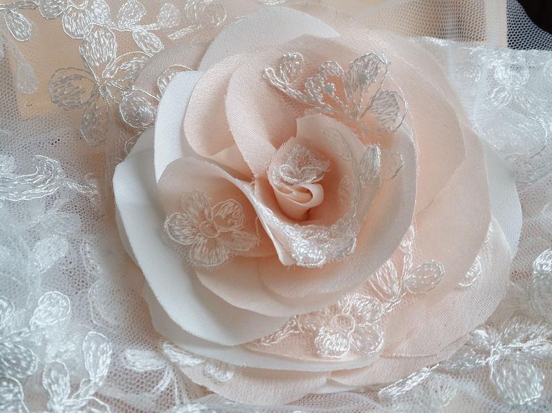 fiore per acconciatura nel tessuto dell'abito da sposa