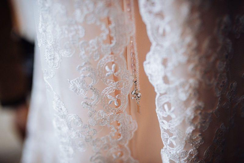 particolare abito da sposa rosa in pizzo