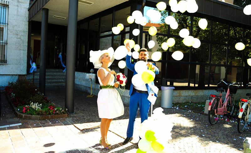 sposi felici, lancio dei palloncini