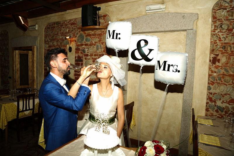 taglio della torta sposi felici al Ristorante trattoria del ristoro ️a Oleggio