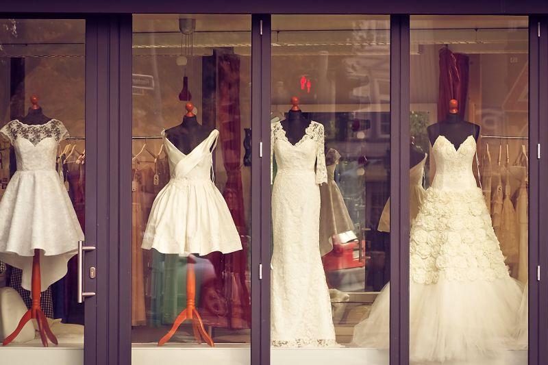 7dc1c56596fc ... una volta per tutte. chi portare a scegliere l abito da sposa