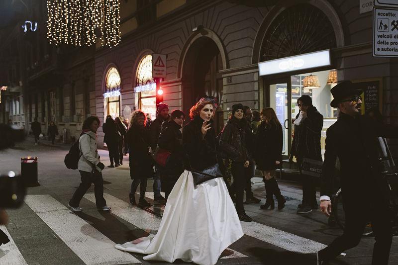 sposa non convenzionale vestita in bianco e nero