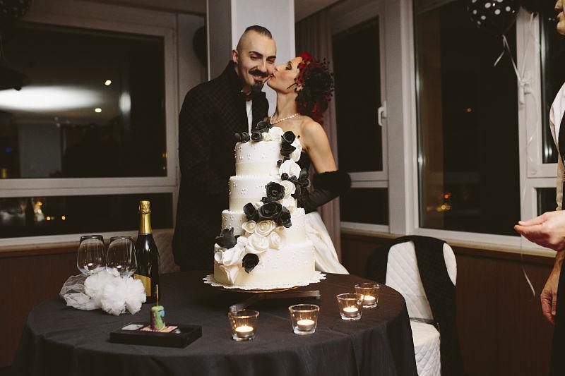torta di nozze a piani con rose bianche e nere