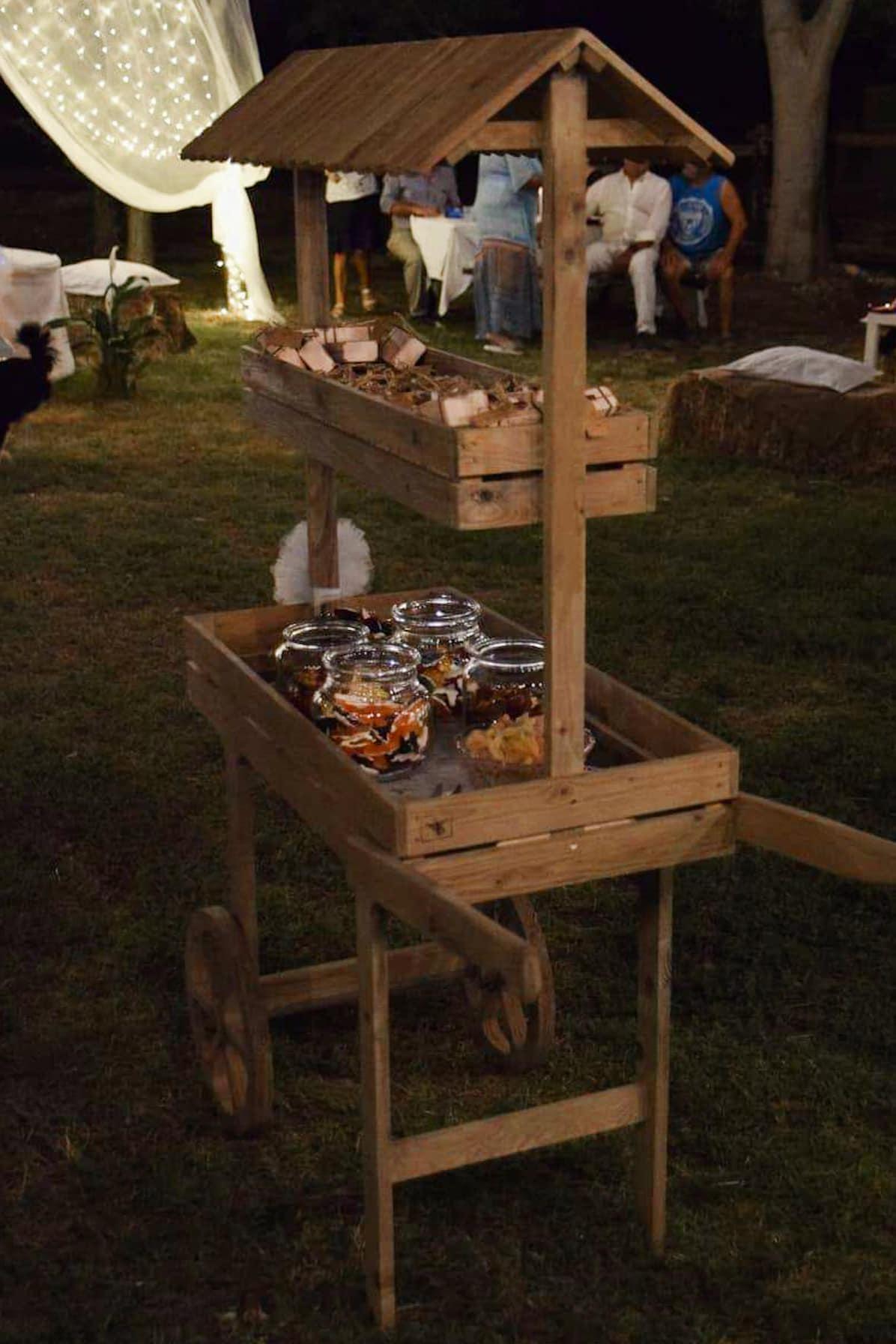 carretto in legno con caramelle gommose