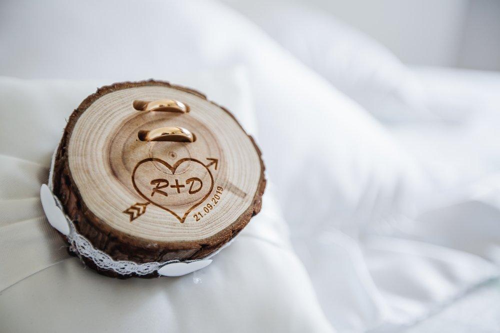 fedi in oro bianco riciclato e portafedi in legno