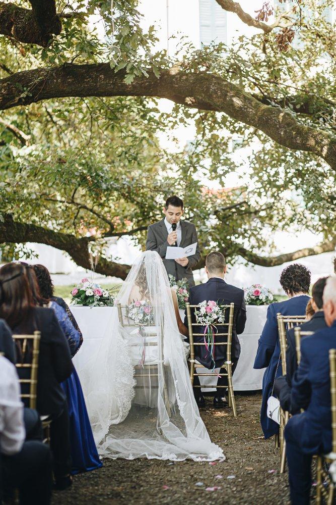 Matrimonio bohemien fucsia e blu nel parco